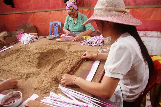 Làng nghề hương trầm Quỳ Châu hối hả vào tết - Ảnh 4.