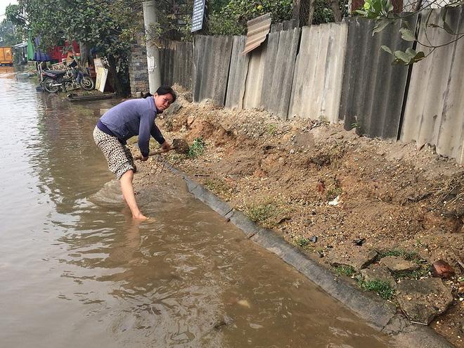 Trời không mưa, người dân vẫn bì bõm lội nước - Ảnh 5.