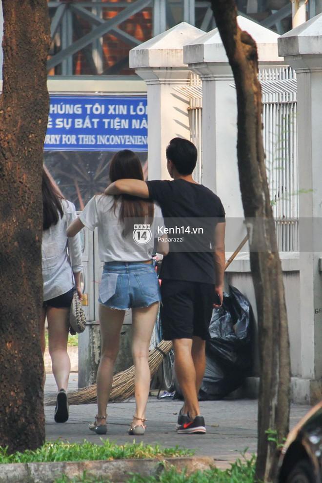 Chẳng cần giữ khoảng cách, Hà Hồ - Kim Lý tình tứ khoác vai nhau đi trên phố - Ảnh 8.