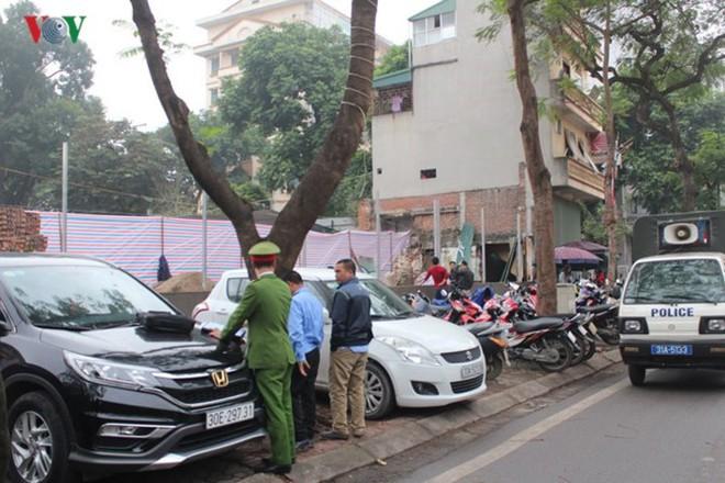 """[Ảnh] Hà Nội tăng phí gửi xe, """"xế hộp"""" nháo nhác tìm chỗ đỗ - Ảnh 9."""