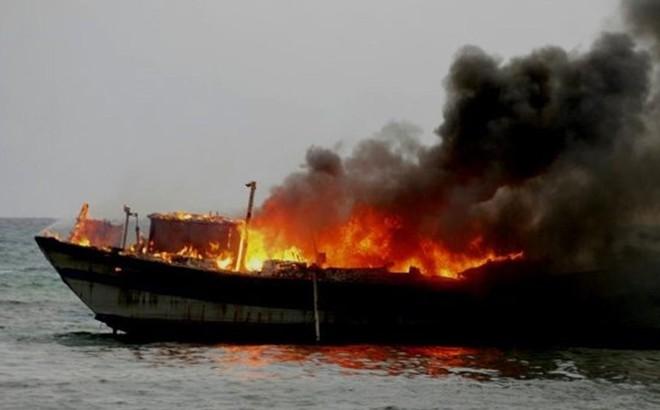 Tàu cá chứa 10 ngàn lít dầu bốc cháy dữ dội trong đêm
