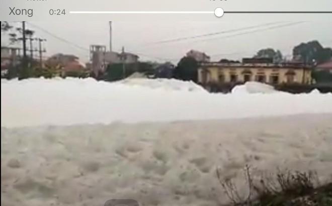 """Dòng sông """"tuyết"""" xuất hiện tại Hà Nam khiến nhiều người xôn xao"""