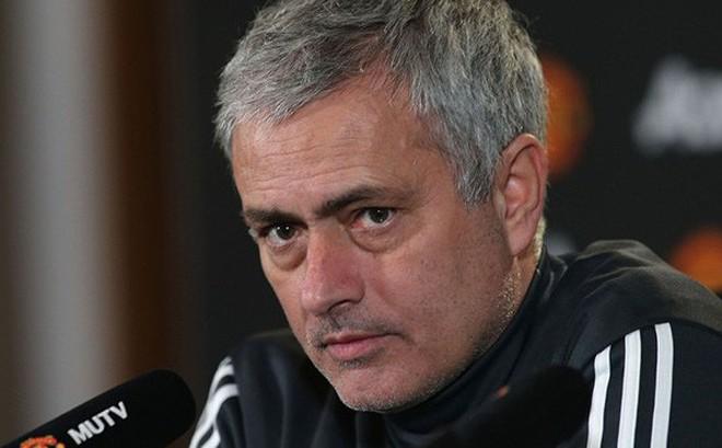 """Mourinho: """"Tôi không có tay trong nên lịch đấu của M.U mới khó thế"""""""