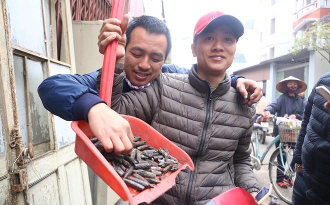 Vụ nổ ở Bắc Ninh: Đầu đạn còn nguyên thuốc nổ, dân vẫn chen chân vào hiện trường để xem