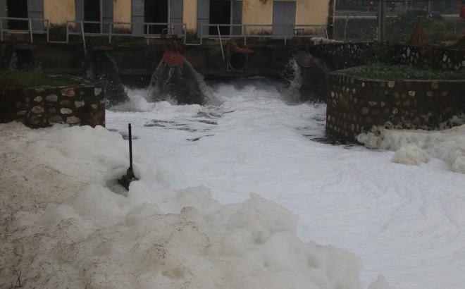 """Cận cảnh dòng sông """"tuyết"""", bọt tung cao cả mét ở Hà Nam"""