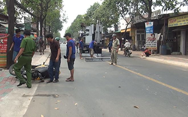 Nữ sinh bị khung sắt nặng gần 100 kg rơi trúng khi đang đi trên đường ở Sài Gòn