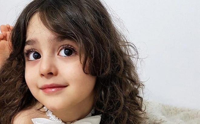 """""""Bé gái xinh đẹp nhất thế giới"""": Bố mẹ phải nghỉ việc, theo sát con vì sợ bị quấy rối"""