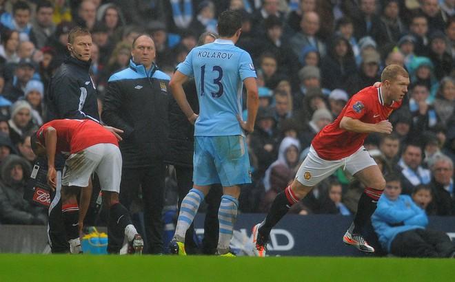 """""""Cởi bộ đồ ngủ"""" rồi xỏ giày ra sân, ngôi sao gần 40 tuổi cùng Man United làm nên lịch sử"""