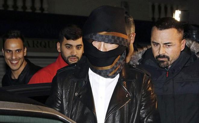 Ronaldo quấn khăn như xác ướp để trốn fan