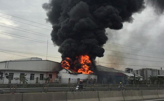 Cháy lớn tại kho nguyên liệu trong CCN Tân Liên