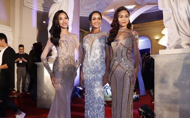H'Hen Niê và 2 Á hậu gây chú ý trên thảm đỏ trao giải Ngôi sao xanh 2017