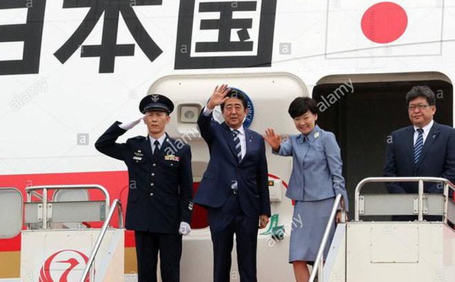 """Máy bay của thủ tướng Nhật rớt """"vật lạ"""" khi đang bay"""