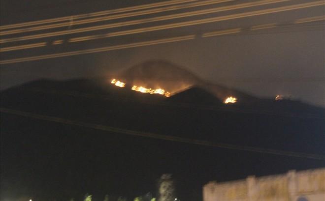 Khánh Hòa: Cháy lớn trên núi, chủ tịch phường vừa ngồi quán cà phê vừa đuổi báo chí