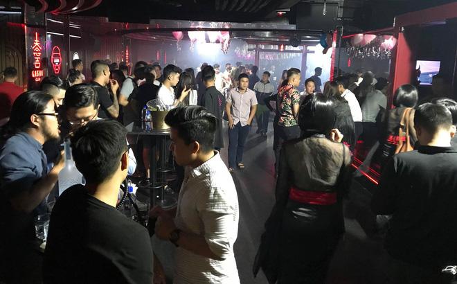 """""""Dân bay"""" nháo nhào khi công an kiểm tra quán bar ở Sài Gòn"""