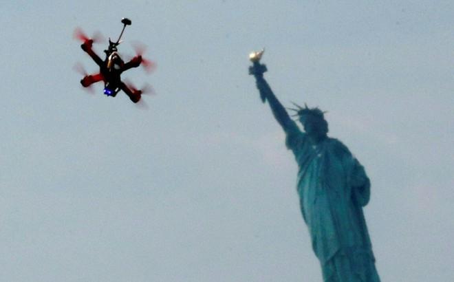 """Mối họa """"trên trời rơi xuống"""" của máy bay không người lái"""