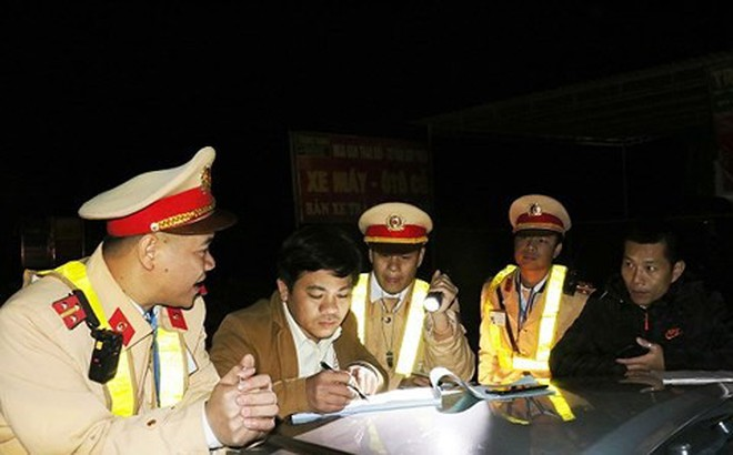 Hà Tĩnh: Lái xe khách chở hàng lậu chống đối CSGT, bỏ chạy 20km bị chặn lại