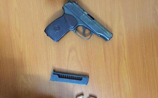 """""""Giắt lưng"""" súng K59 và 8 viên đạn lái ô tô đi chơi lúc nửa đêm"""