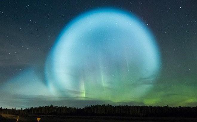 Một quả cầu bỗng rực sáng trên bầu trời đêm Siberia. UFO chăng? Người ngoài hành tinh xuất hiện? Con người đã có câu trả lời.