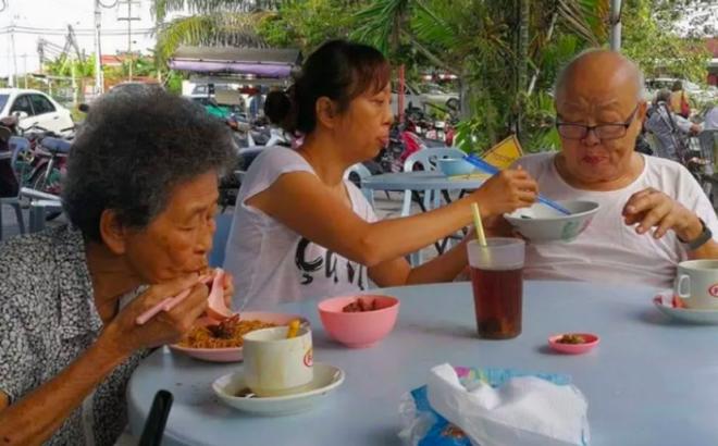 Người phụ nữ thành đạt bỏ chốn phồn hoa về quê phụng dưỡng cha mẹ già: 'Tôi còn thời gian, nhưng họ thì không'