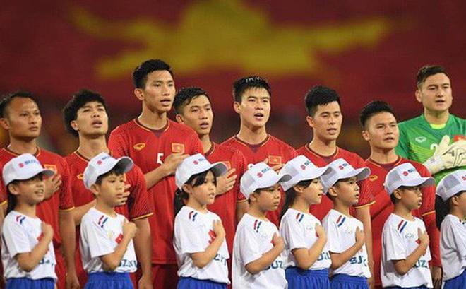 Bạn bè quốc tế choáng ngợp trước cảnh hát quốc ca Việt Nam hoành tráng trên sân Mỹ Đình