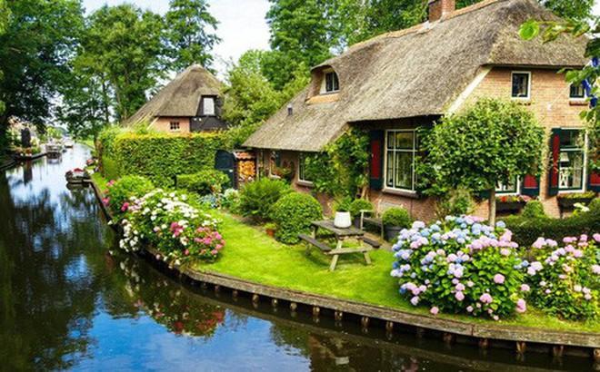 Ngôi làng 'không có đường đi', nhà nào nhà đó tràn ngập hoa tươi, đẹp như trong cổ tích