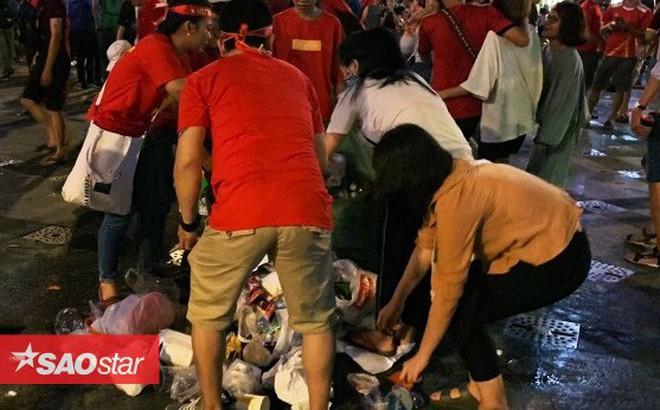 Hành động đẹp nhất đêm nay: Bạn trẻ Sài Gòn nán lại dọn rác phố đi bộ sau khi đội tuyển Việt Nam vỡ oà chiến thắng