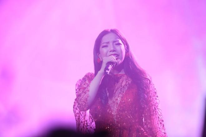 Đêm nhạc Phú Quang: Mất Ngọc Anh lại xuất hiện nữ nhân có giọng hát đốt lửa, đầy dữ dội - Ảnh 9.