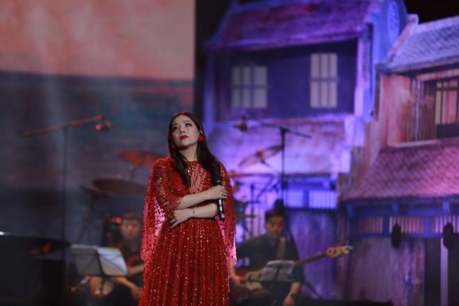 Đêm nhạc Phú Quang: Mất Ngọc Anh lại xuất hiện nữ nhân có giọng hát đốt lửa, đầy dữ dội - Ảnh 8.