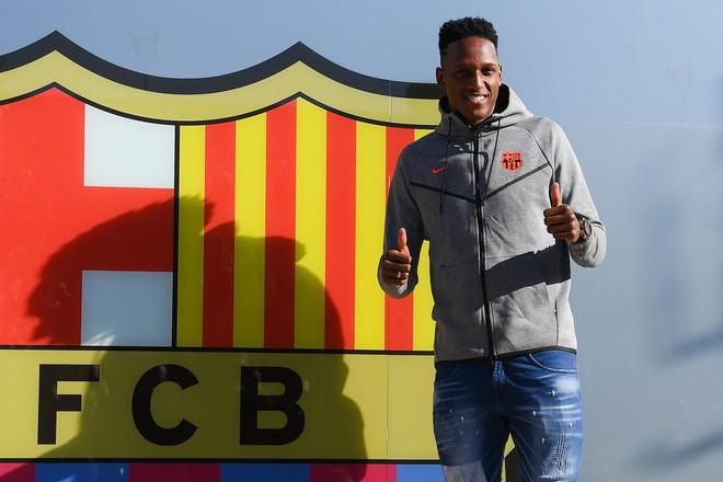 Hàng thủ của Barca giờ được đặt trên vai một CĐV Man United cuồng nhiệt - Ảnh 3.