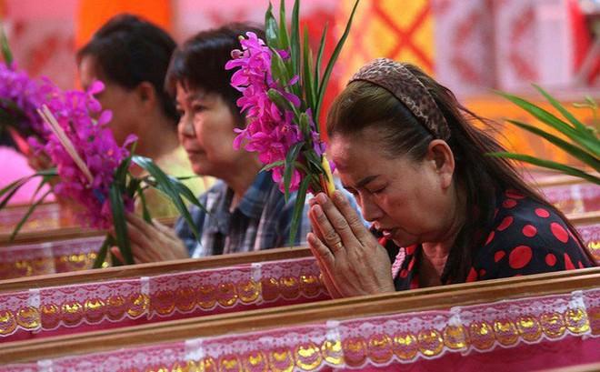 Cách đón năm mới của người Thái Lan: Nằm trong quan tài giả chết để gột bỏ xui xẻo và cầu nguyện sự tốt đẹp