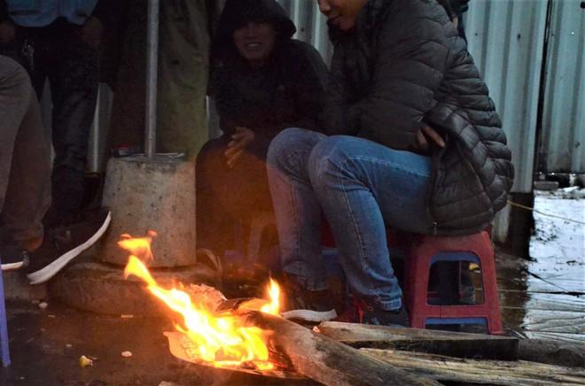 Ảnh: Dân lao động Thủ đô đốt lửa sưởi ấm, mưu sinh trong giá rét kỷ lục - Ảnh 5.