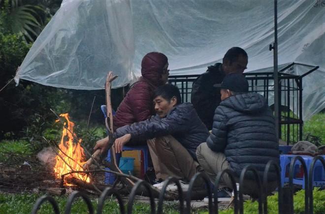 Ảnh: Dân lao động Thủ đô đốt lửa sưởi ấm, mưu sinh trong giá rét kỷ lục - Ảnh 7.