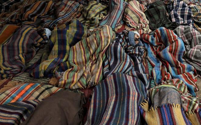 24h qua ảnh: Công nhân làm việc trong một nhà máy gạch ở Bangladesh - Ảnh 4.