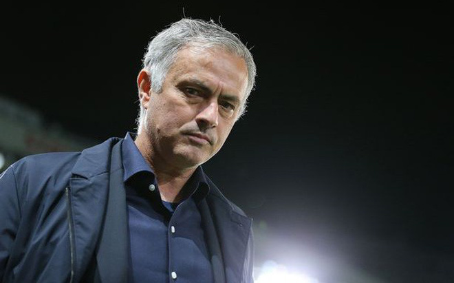 """Vừa bị Man United cho """"ra đường"""", Mourinho đi bình luận giải đấu có ĐT Việt Nam"""