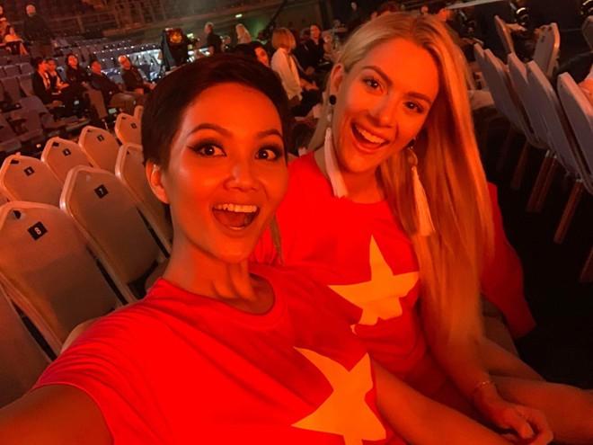 Hoa hậu Mỹ bất ngờ đăng ảnh diện áo cờ đỏ sao vàng, khen ngợi H'Hen Niê sau ồn ào chê bai trình độ tiếng Anh tại Miss Universe 2018 - Ảnh 5.