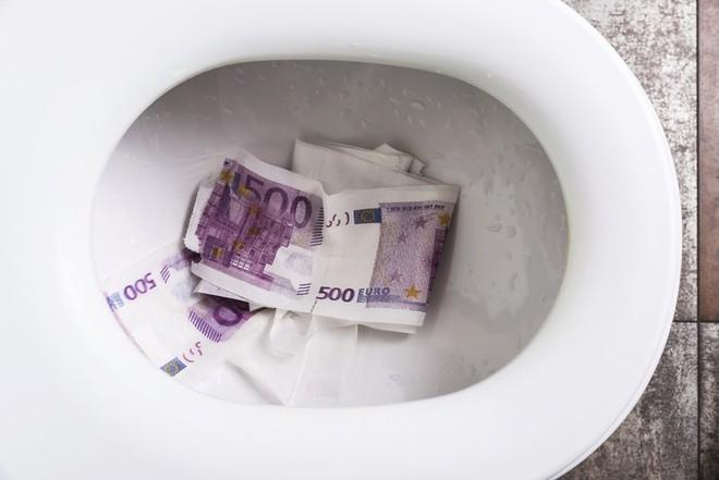 Khách cho tiền vào bồn cầu giật nước cho trôi đi song thất bại, nhân viên vớ bẫm tiền tỷ - Ảnh 1.