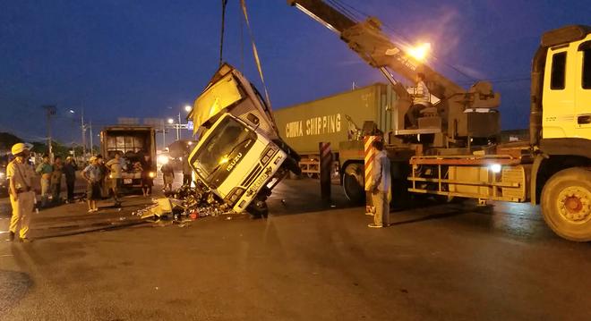Dân giúp tài xế xe tải thu dọn bia rơi trên đường phố Sài Gòn - Ảnh 1.