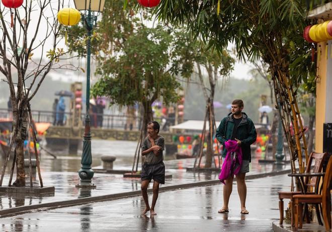 Thấy người đàn ông Việt co ro giữa mưa lạnh, chàng trai ngoại quốc đuổi theo và có hành động nghìn like - Ảnh 3.