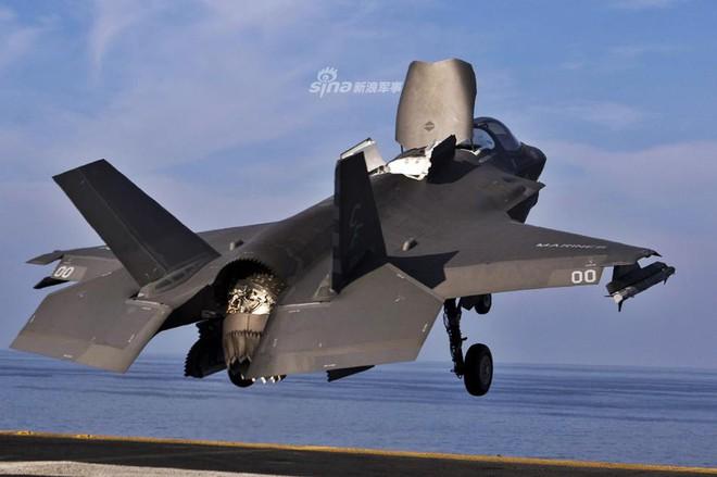 Siêu tiêm kích F-35B trở lại tàu đổ bộ USS Essex, Mỹ gửi thông điệp sẵn sàng tấn công? - Ảnh 2.