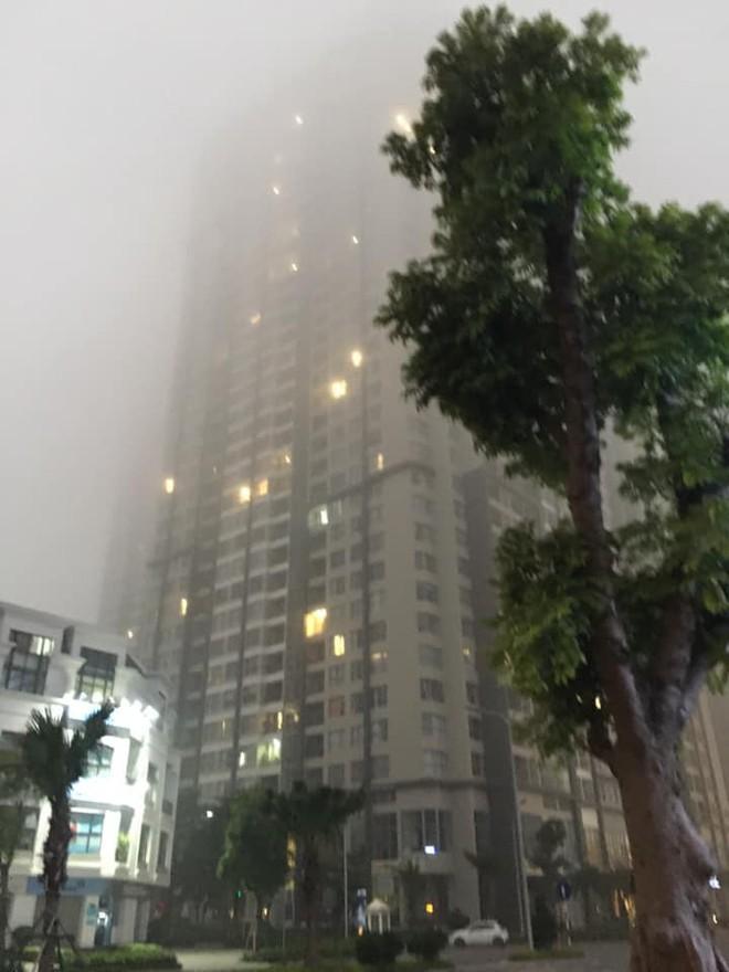Hà Nội sương mù giăng khắp nơi khiến dân tình hoang mang cứ ngỡ đang ở Sapa, Đà Lạt - ảnh 2
