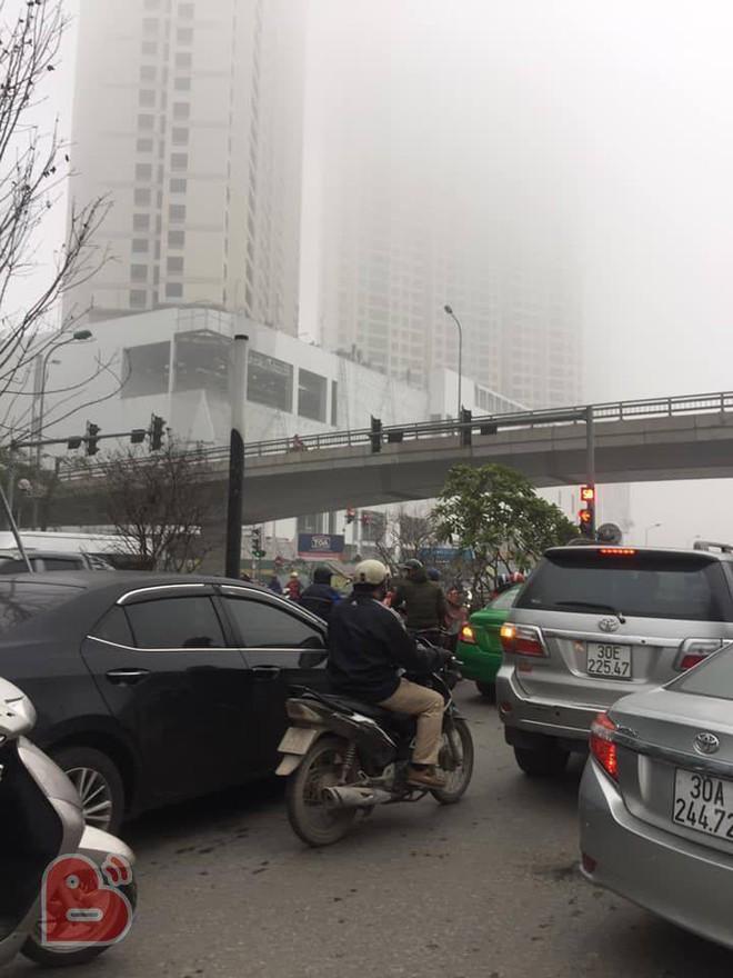 Hà Nội sương mù giăng khắp nơi khiến dân tình hoang mang cứ ngỡ đang ở Sapa, Đà Lạt - ảnh 6