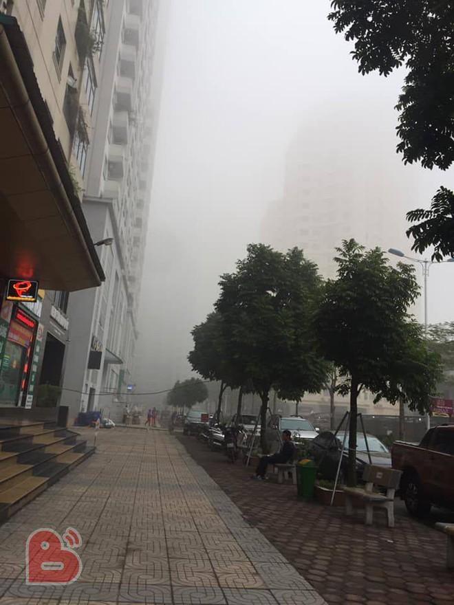 Hà Nội sương mù giăng khắp nơi khiến dân tình hoang mang cứ ngỡ đang ở Sapa, Đà Lạt - ảnh 7