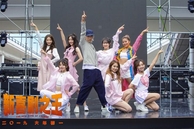 Châu Tinh Trì bất ngờ xuất hiện, nhảy múa với dàn mỹ nữ 9x - Ảnh 4.