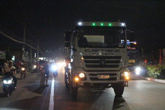 Hàng trăm người đứng theo dõi vụ người nước ngoài bị xe bồn cán tử vong - Ảnh 1.