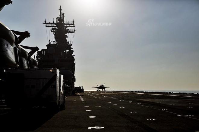 Siêu tiêm kích F-35B trở lại tàu đổ bộ USS Essex, Mỹ gửi thông điệp sẵn sàng tấn công? - Ảnh 1.