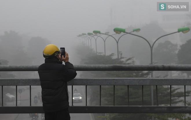 Hiện tượng sương mù kỳ thú sáng nay tại thủ đô Hà Nội - Ảnh 15.