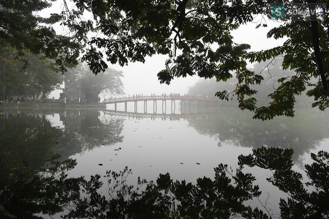 Hiện tượng sương mù kỳ thú sáng nay tại thủ đô Hà Nội - Ảnh 9.