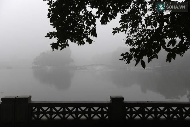 Hiện tượng sương mù kỳ thú sáng nay tại thủ đô Hà Nội - Ảnh 17.