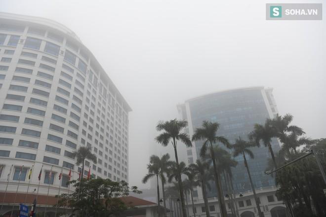 Hiện tượng sương mù kỳ thú sáng nay tại thủ đô Hà Nội - Ảnh 12.