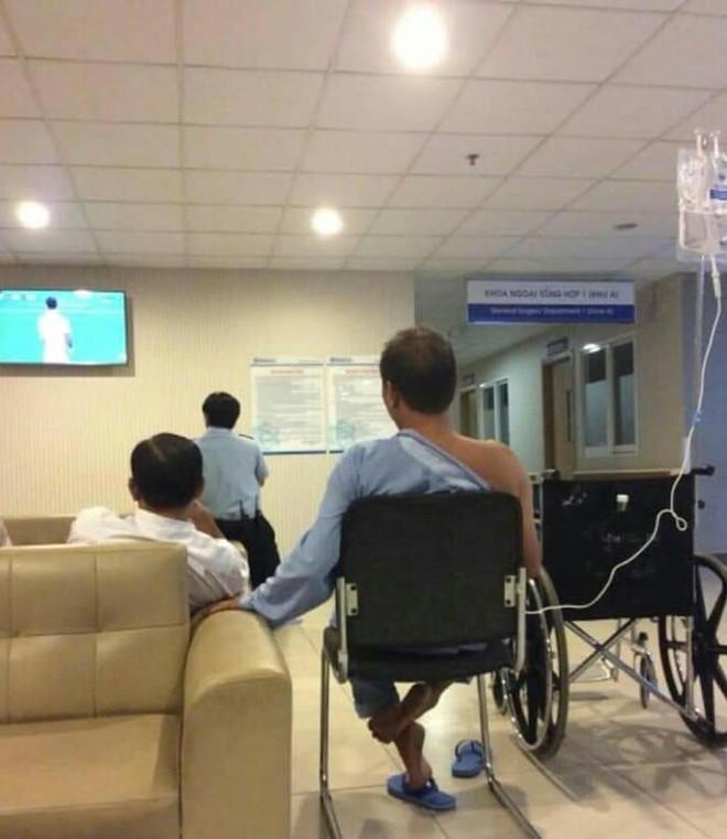 Nam bệnh nhân ngồi truyền nước xem bóng đá và hành động bất ngờ sau thất bại của ĐT Việt Nam - Ảnh 1.